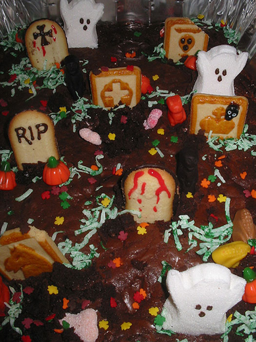 Halloween Cemetery Cake http://cakejournal.com/cake-lounge/your-halloween-cake-ideas/