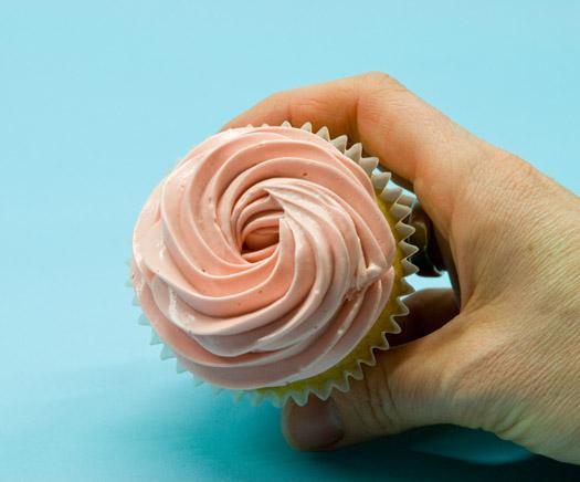 Piping swirls on cupcakes 4