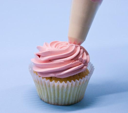 Piping swirls on cupcakes 6