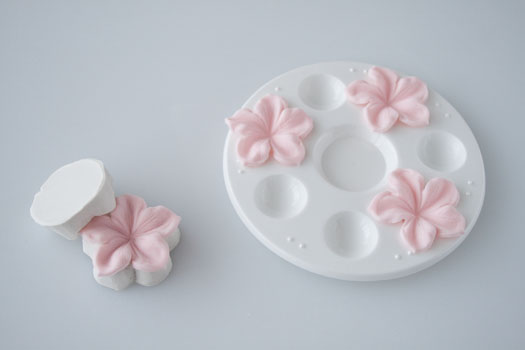 How to make a gum paste flowers • CakeJournal.com
