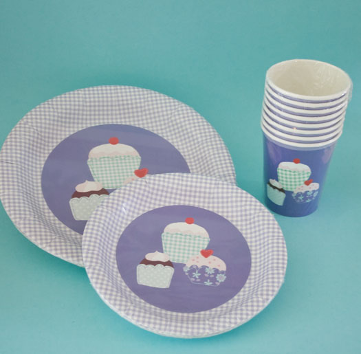 Disposable tableware with cupcake print