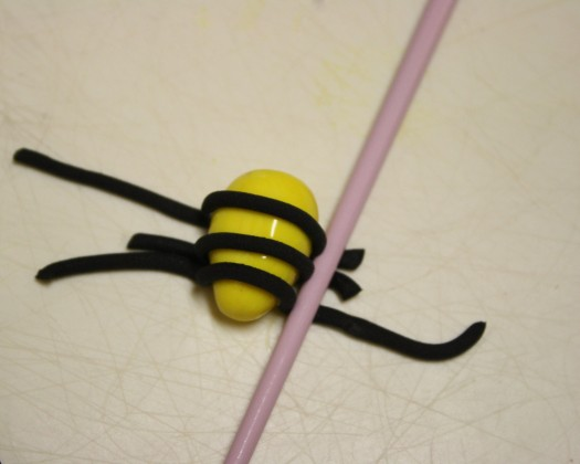 How to Make Fondant Bee Cupcake Toppers 7