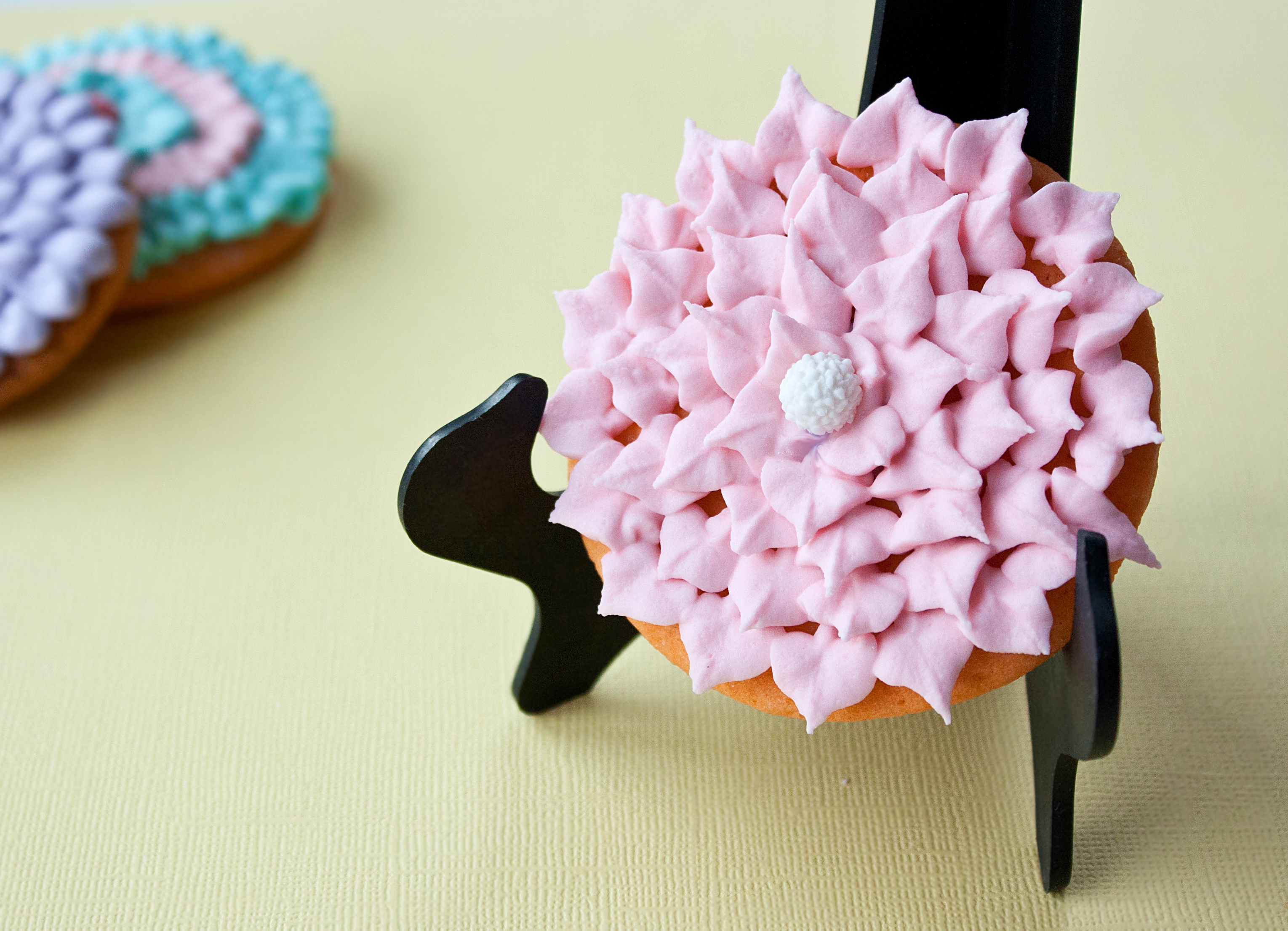 Video: How to Make Daisy Cookies With Royal Icing