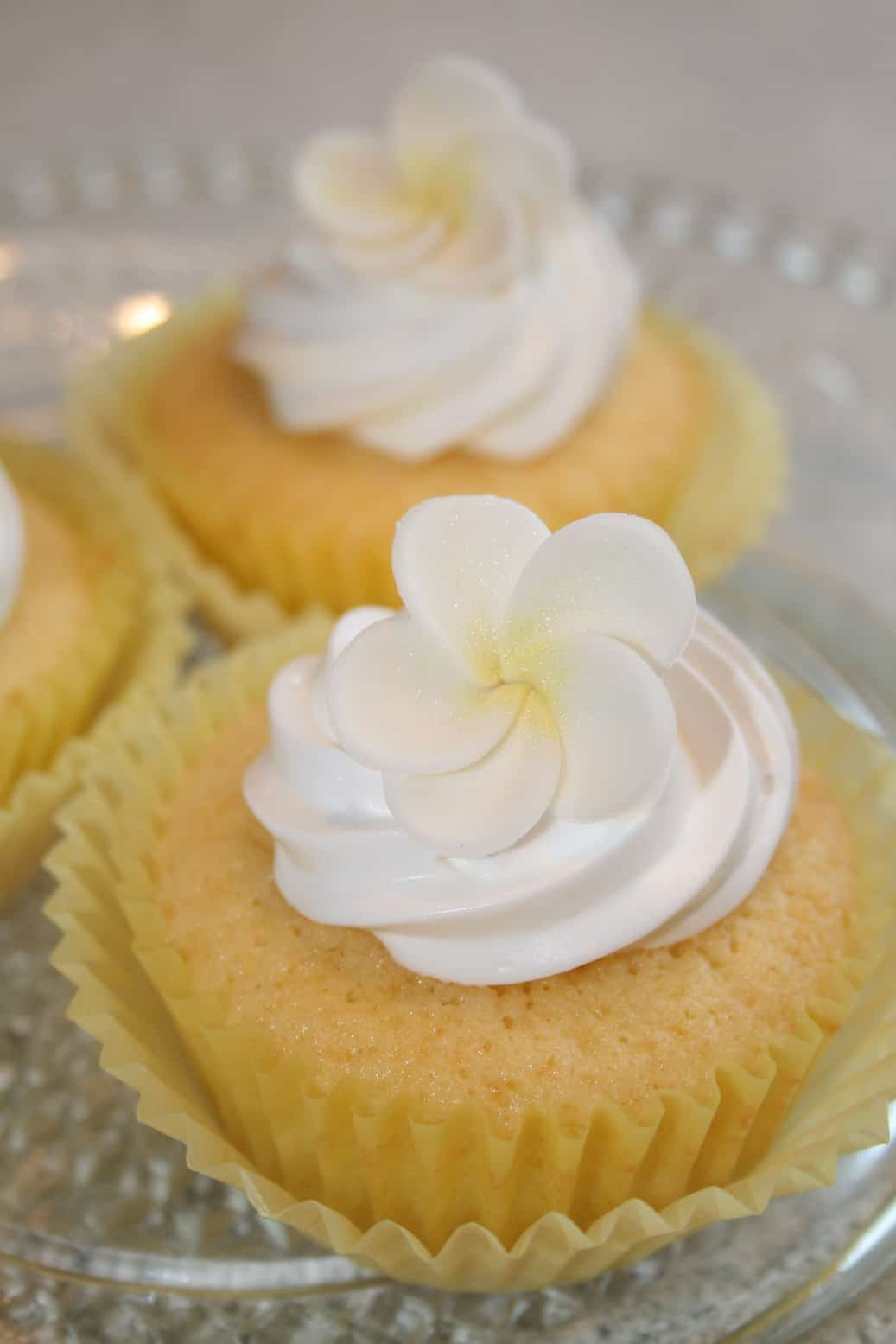 Lemon meringue cupcakes • CakeJournal.com