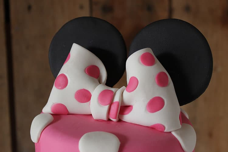 How to Make a Minnie Mouse Polka Dot Bow Topper