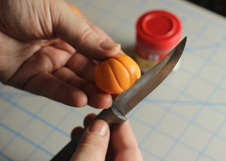 How-to-make-an-easy-pumpkin-cupcake-topper-03