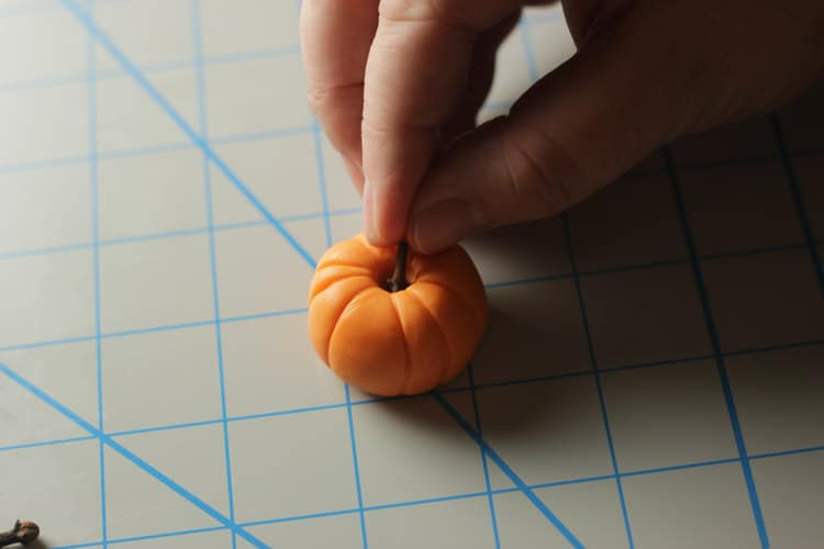 How-to-make-an-easy-pumpkin-cupcake-topper-06
