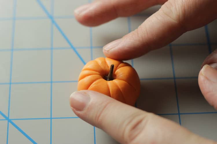 How-to-make-an-easy-pumpkin-cupcake-topper-07
