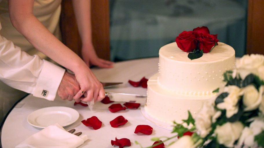 marriage-anniversary-cake-cutting