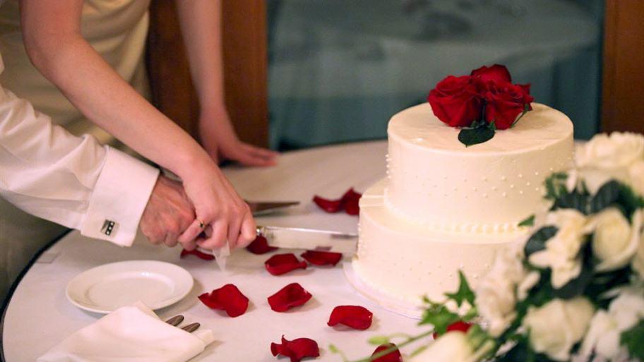 marriage-anniversary-cake-cutting